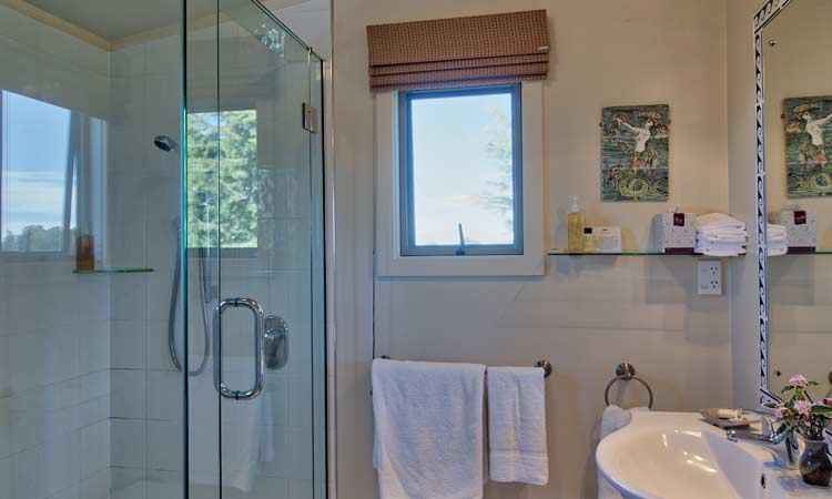 Ruby Bay accommodation bathroom